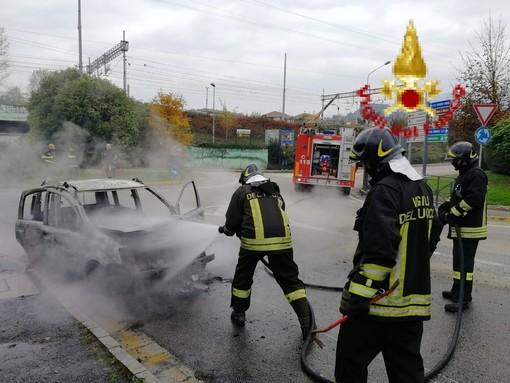 Auto in fiamme ad Avigliana, intervengono i vigli del fuoco di Rivoli