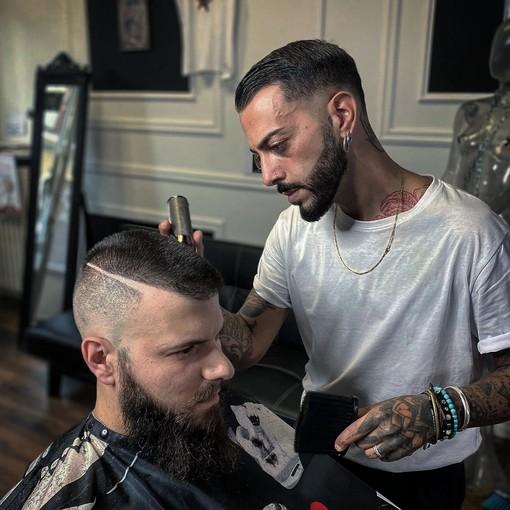 Achille Lamura nel suo Barber Garage