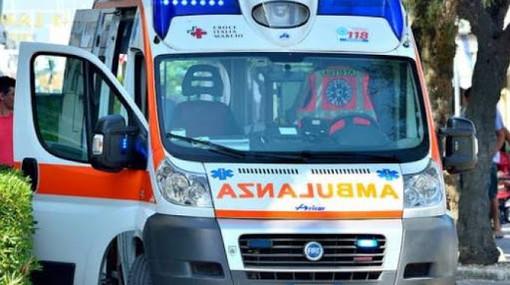 Ladro d'auto scappa dalla polizia e si schianta contro un palo: morto sul colpo