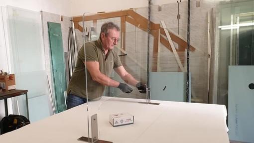L'artigiano ai tempi della Fase 2: a Vanchiglia il vetraio si è convertito al plexiglass
