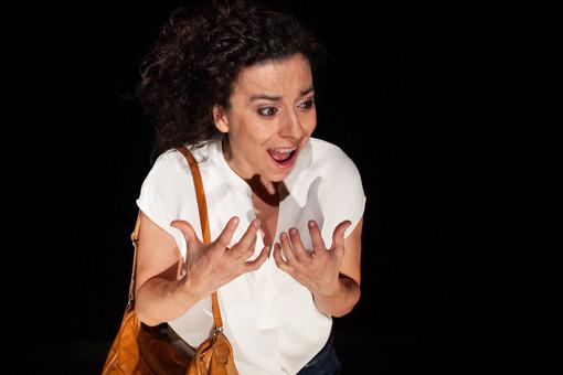 """""""Ancora una e poi spengo"""": la dipendenza da serie tv portata a teatro alla Cascina Le Vallere"""