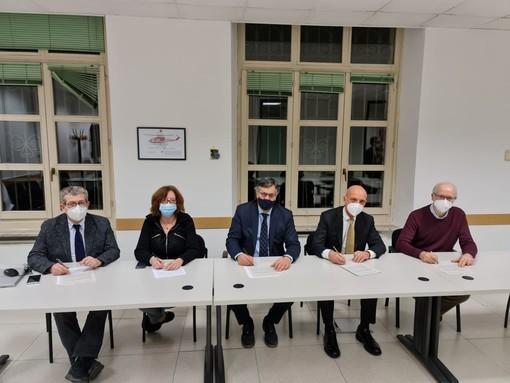 Tavolo con i firmatari dell'accordo