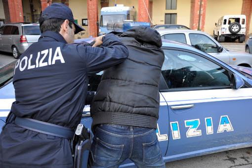 Trasportava nell'auto della moglie 10 kg di hashish: scoperto dalla Polizia in corso Peschiera
