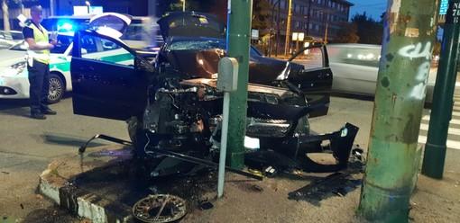 Mercedes contro un semaforo di corso Novara: uno dei feriti si dà alla fuga