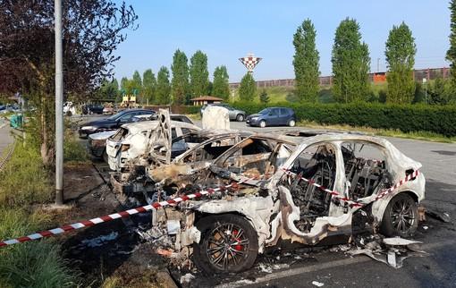 Le auto bruciate in via Peppino Impastato