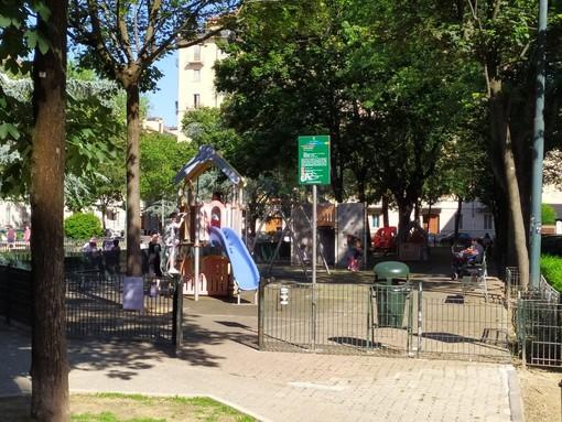 """Bambini e ragazzi si riprendono gli spazi verdi: scatta """"l'invasione"""" alle aree gioco ancora chiuse [FOTO E VIDEO]"""