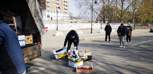 Coronavirus, il mercato di Porta Palazzo non riapre: gli ambulanti regalano la merce invenduta