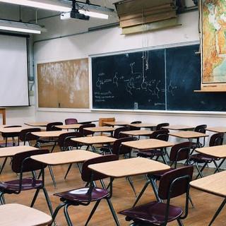 aula scolastica con banchi vuoti