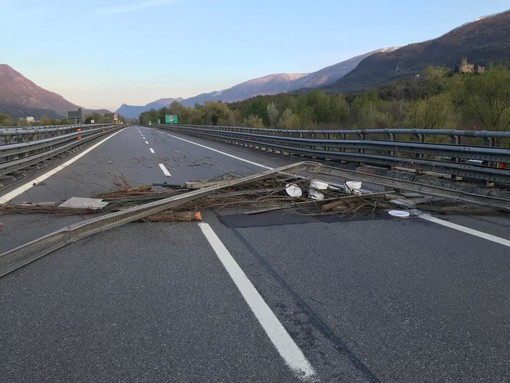 L'autostrada bloccata in Val Susa