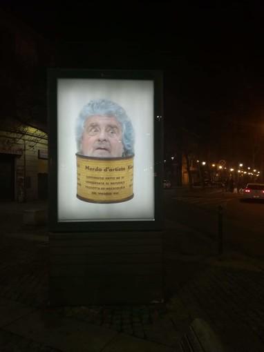 """Beppe Grillo nel mirino del Banksy di Torino finisce nella """"Merda d'artista"""""""