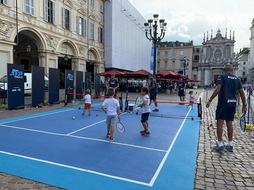 bambini a tennis in piazza