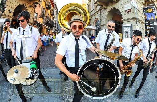 """Musica """"di strada"""" a Bardonecchia per festeggiare Ferragosto, prima delle fontane danzanti"""
