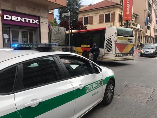 Nichelino, autocarro in divieto paralizza la circolazione su via Torino