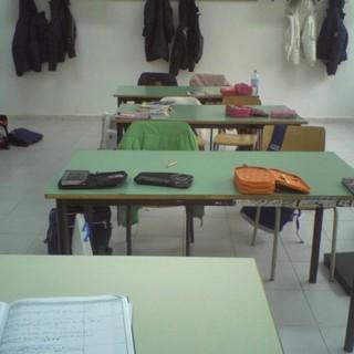 aula con banchi vuota