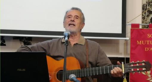 cantautore con chitarra durante un'esibizione