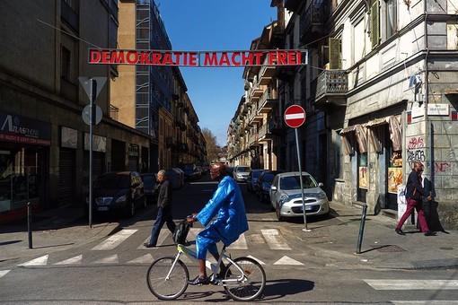 """Demokratie macht frei"", l'opera d'arte che sacralizza Aurora"