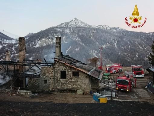 Rogo tra le baite di Cesana Torinese, vigili del fuoco impegnati da ieri sera