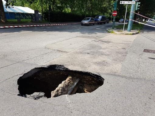 Torino, i soldi delle Circoscrizioni per tappare le buche e sistemare i marciapiedi sono finiti a giugno