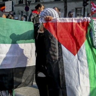 """Annullato in Val di Susa evento pro Palestina. Moni Ovadia attacca l'Anpi: """"Atto squadrista"""""""