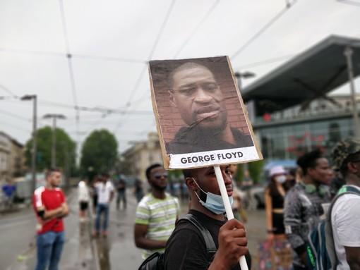 Manifestanti in corteo a Torino: pugno in cielo per dire No al razzismo [FOTO]