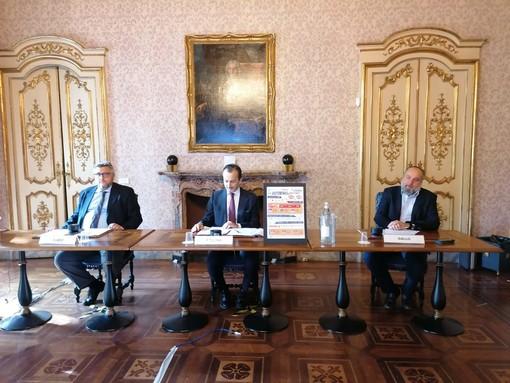 tre persone sedute al tavolo