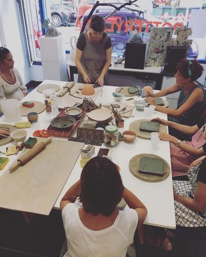 """Sei donne ceramiste fanno rivivere la manualità a San Salvario: """"Ci fa stare bene"""""""