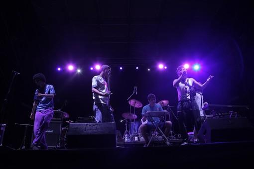 giovani musicisti sul palco