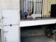 La polizia municipale soccorre un cucciolo di pastore tedesco chiuso in balcone senza cibo né acqua