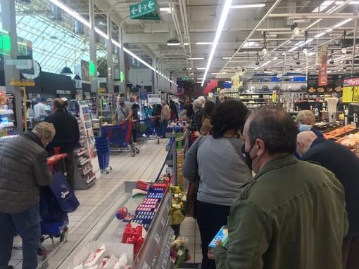 Chiusure pasquali, parte la corsa alla spesa: torinesi in coda nei supermercati [FOTO e VIDEO]