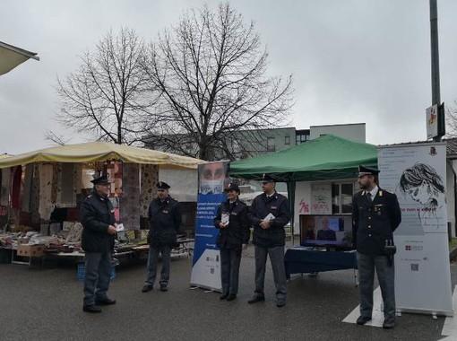 """""""Questo non è amore"""": il camper della Polizia al mercato rionale di Ivrea"""