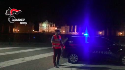 Ruba l'auto del padre, 15enne rischia di investire un carabiniere durante un posto di blocco: denunciato