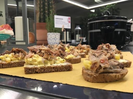 Anatra, patate caramellate e verza, ma anche sua maestà il salmone: ecco cosa c'è da sapere sulla cena danese del Mortensaften, a Torino il 15 novembre