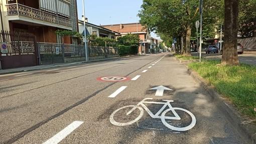tracciato con simbolo della bicicletta su strada