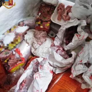 Carne mal conservata e titolare al lavoro senza mascherina: kebabbaro sanzionato per oltre settemila euro