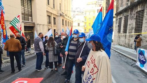 Protesta operai davanti al Mise