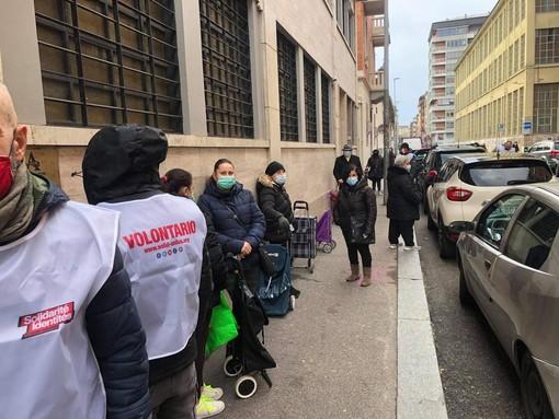 La consegna di pacchi alimentari alle famiglie bisognose da parte dei volontari di Sol.Id