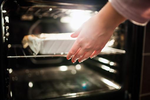mano che estrare una terrina dal forno