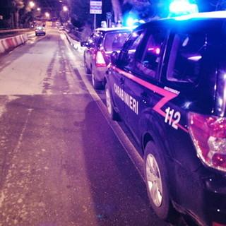 Convincono un'anziana a ritirare i soldi al bancomat per rubarglieli: due rapinatori arrestati dai carabinieri
