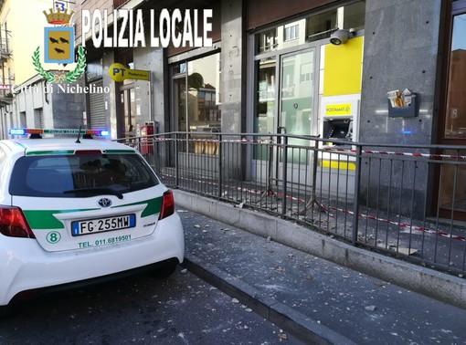 Nichelino, paura per la caduta di calcinacci davanti all'ufficio postale: nessun ferito
