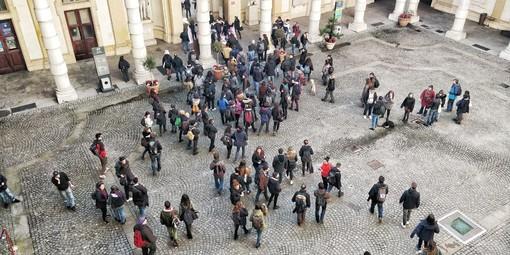 Scontri al Campus Einaudi: studenti antifascisti in corteo verso il Rettorato, uova contro le finestre [VIDEO]