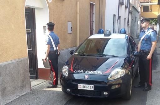 Pinerolo, ubriaco molesta i clienti di un locale e aggredisce i Carabinieri