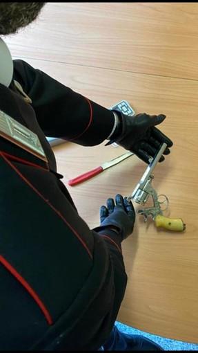 Borgo Lingotto: il mistero della pistola artigianale rinvenuta nel controsoffitto del vano ascensore [VIDEO]