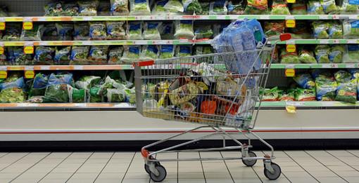 carrello della spesa in una corsia di supermercato