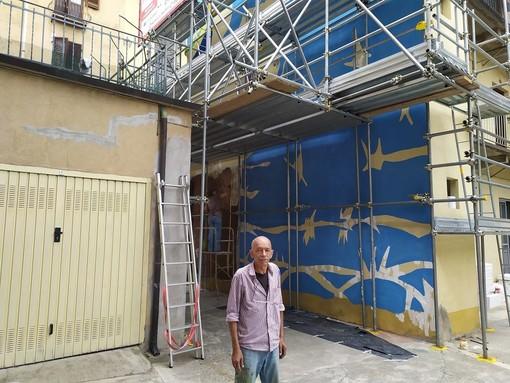 """A Campidoglio l'opera d'arte contro il razzismo del rifugiato cileno """"Mono"""" Carrasco"""