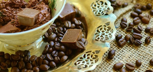 caffè in tazzina e pezzi di cioccolato