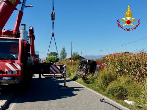 Camion si ribalta e finisce in un fossato a Mappano, in azione i Vigili del Fuoco