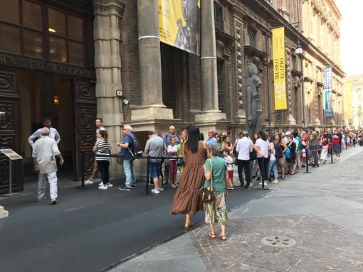 Torino, è boom di turisti a Ferragosto: lunghe code fuori dai musei del centro [FOTO e VIDEO]
