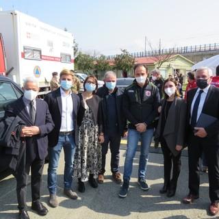 Alberto Cirio e persone intorno a lui si salutano dandosi il pugno