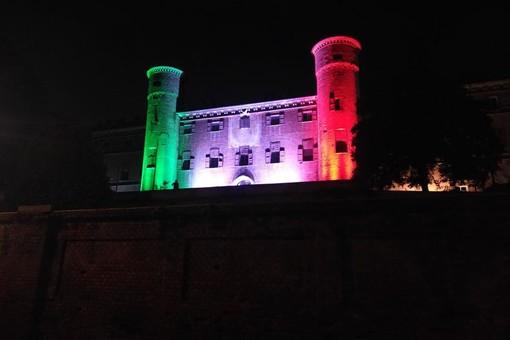 Il Castello di Moncalieri illuminato con il tricolore si prepara alla riapertura