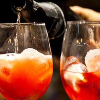 Movida, nelle notti tra il giovedí e la domenica si potrà bere soltanto serviti al tavolo all'interno dei locali